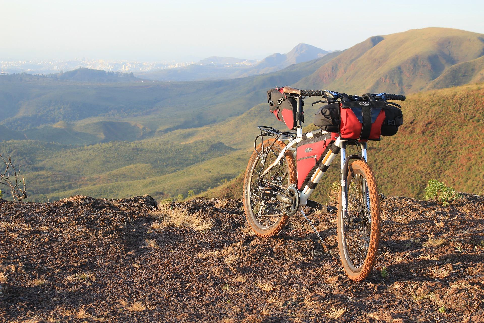 Wyprawa z rowerem. Jak go przewieźć i co ze sobą zabrać? VIDEO