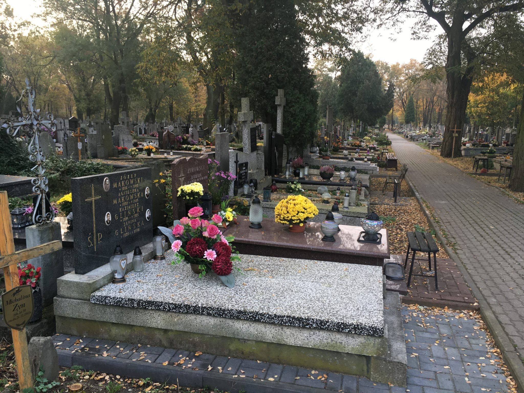 Ile kosztuje uprzątnięcie grobu? Zobacz ceny