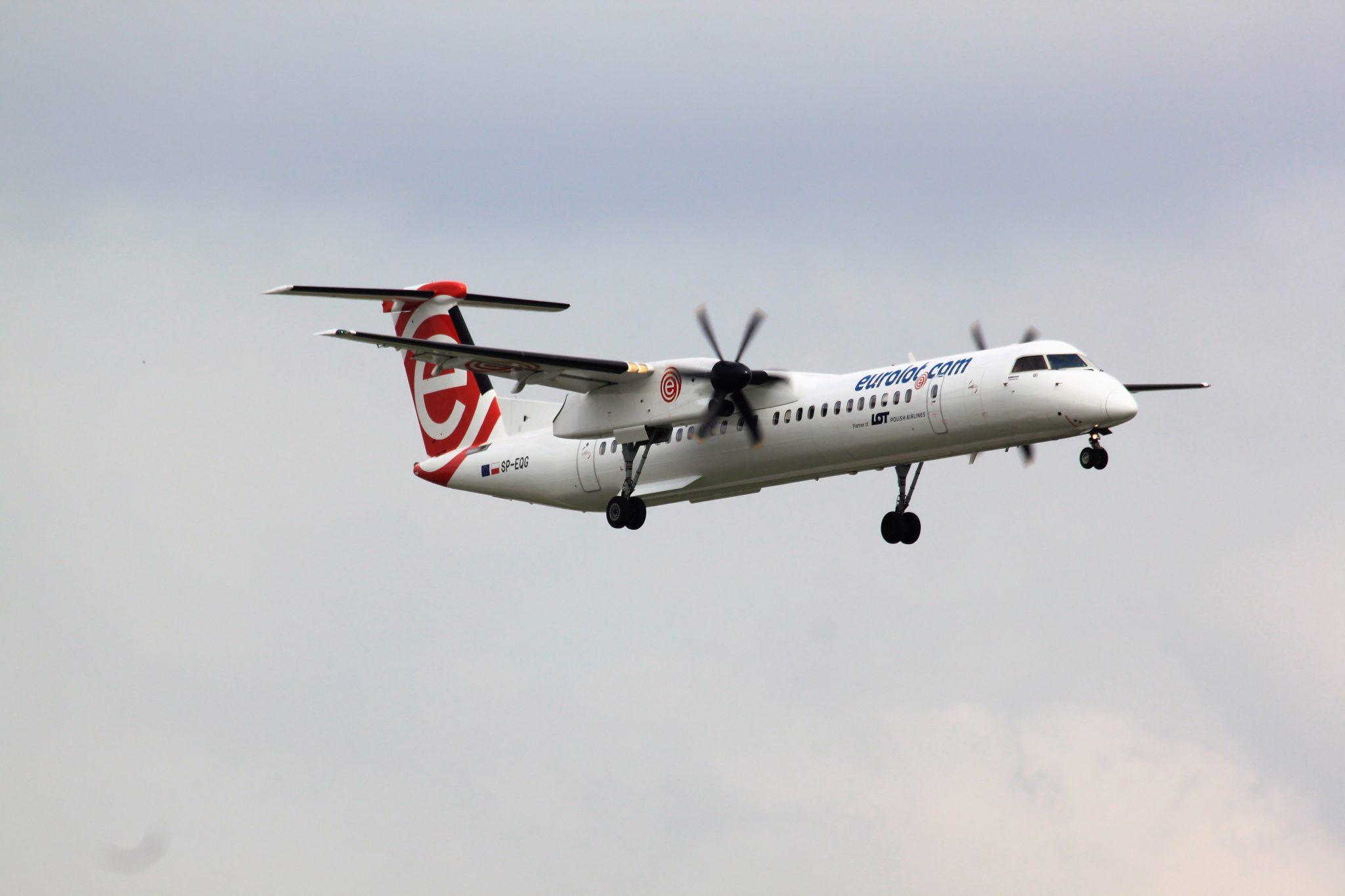 Awaryjne lądowanie samolotu LOT na warszawskim lotnisku Chopina VIDEO